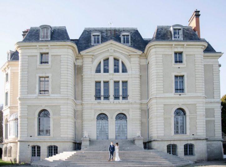 couple-de-marie-devant-le-chateau-de-la-caniere
