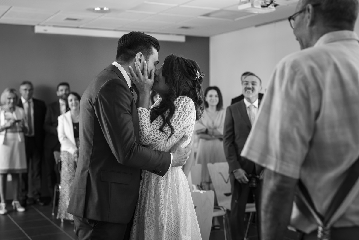 baiser des mariés dans l'aliier