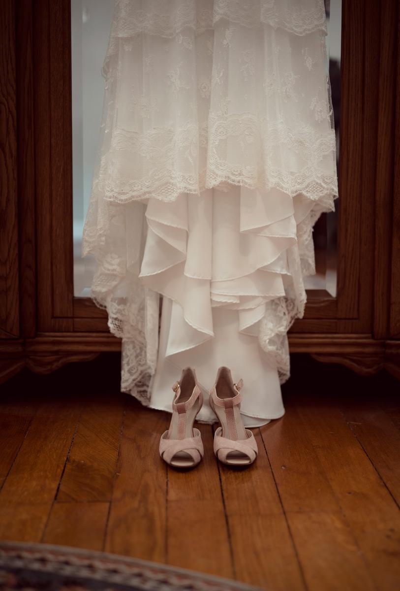 Robe et chaussures de la mariee a Thiers
