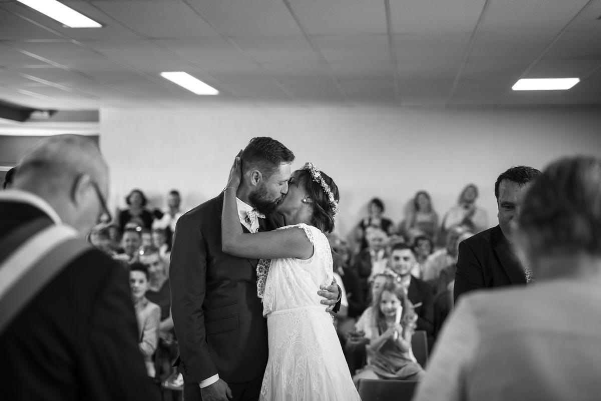 baiser des mariés a la mairie