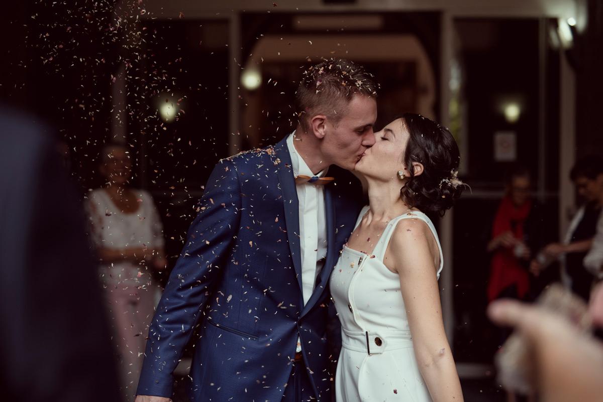 baiser des maries à la sortie de la mairie de clermont-ferrand