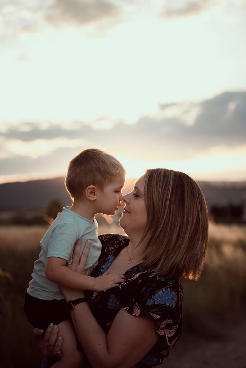 bisous maman et son fils seance photo